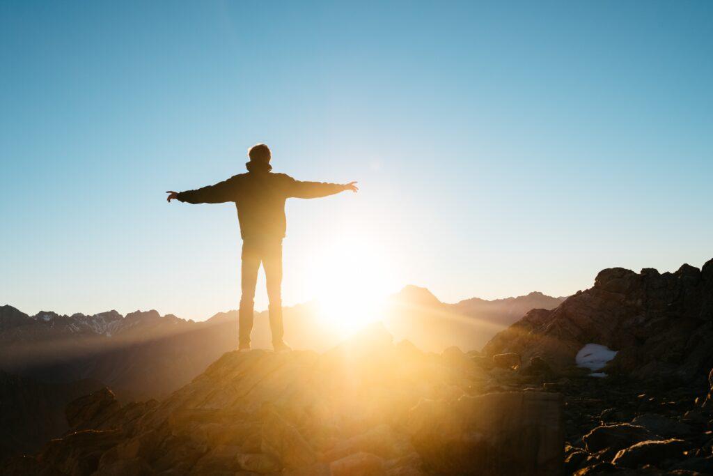 succès - personne au sommet d'une montagne